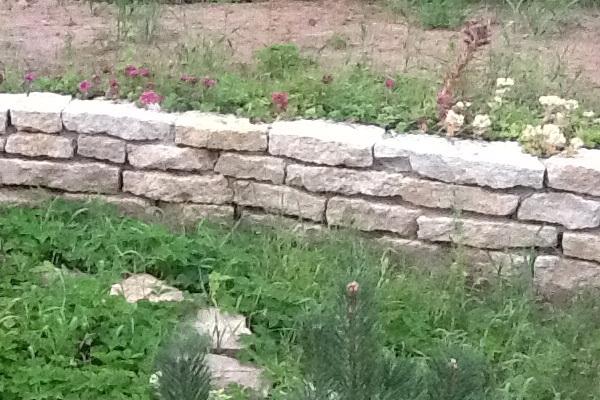 Кладка подпорной стены из известняка