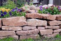 Подпорная стенка из розового известняка