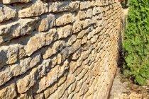 Стена из медового известняка