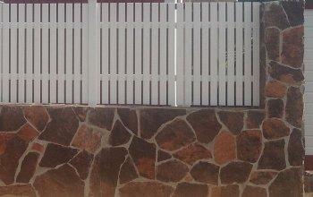 Забор облицован алевролитовым сланцем
